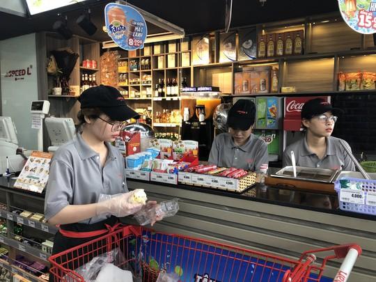 Người trẻ Việt vào cửa hàng tiện lợi ăn snack, uống nước ngọt và lướt net - Ảnh 1.