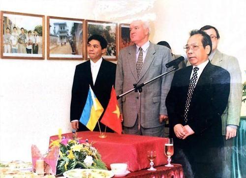 Trùng hợp thú vị: 2 tỷ phú USD người Việt đều khởi nghiệp từ mì gói - Ảnh 1.