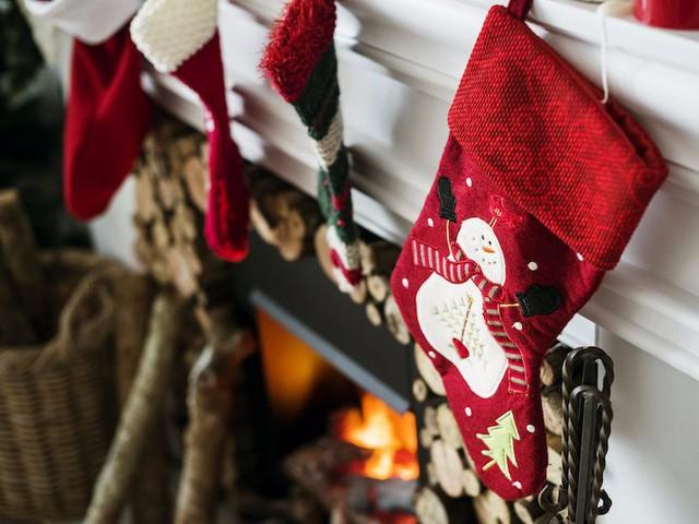 10 nguồn gốc thú vị của những tục lệ truyền thống trong lễ Giáng sinh: Hôn nhau dưới cây tầm gửi, treo tất cạnh lò sưởi, giấu dưa chuột muối trong cây thông… - Ảnh 1.