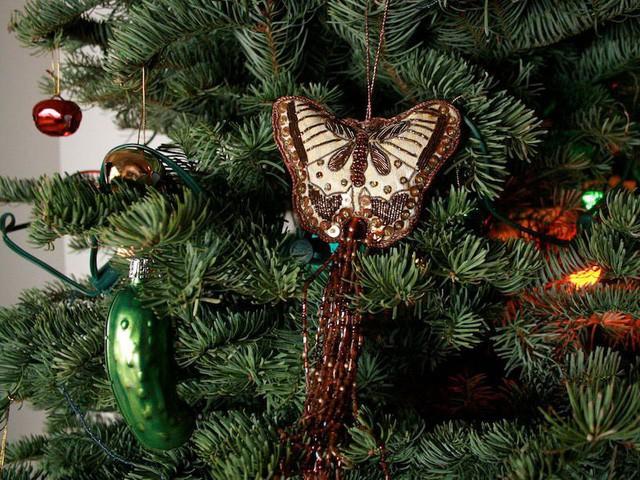 10 nguồn gốc thú vị của những tục lệ truyền thống trong lễ Giáng sinh: Hôn nhau dưới cây tầm gửi, treo tất cạnh lò sưởi, giấu dưa chuột muối trong cây thông… - Ảnh 4.