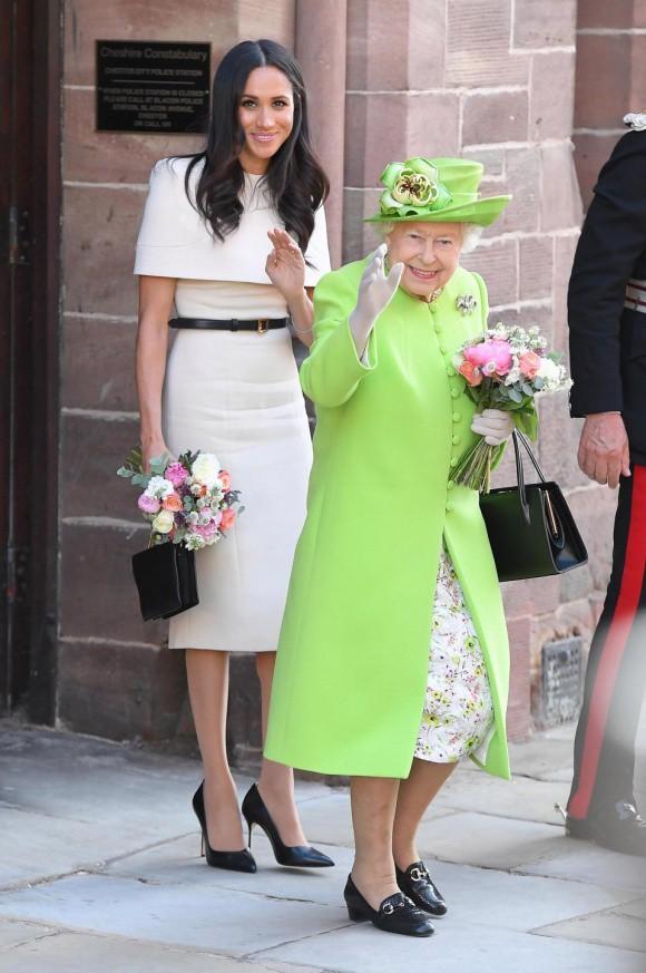 Hai hình ảnh đối lập nhưng dung hoà trong Nữ hoàng Anh: Một người phụ nữ quyền lực và một người bà dịu dàng, bao dung - Ảnh 8.