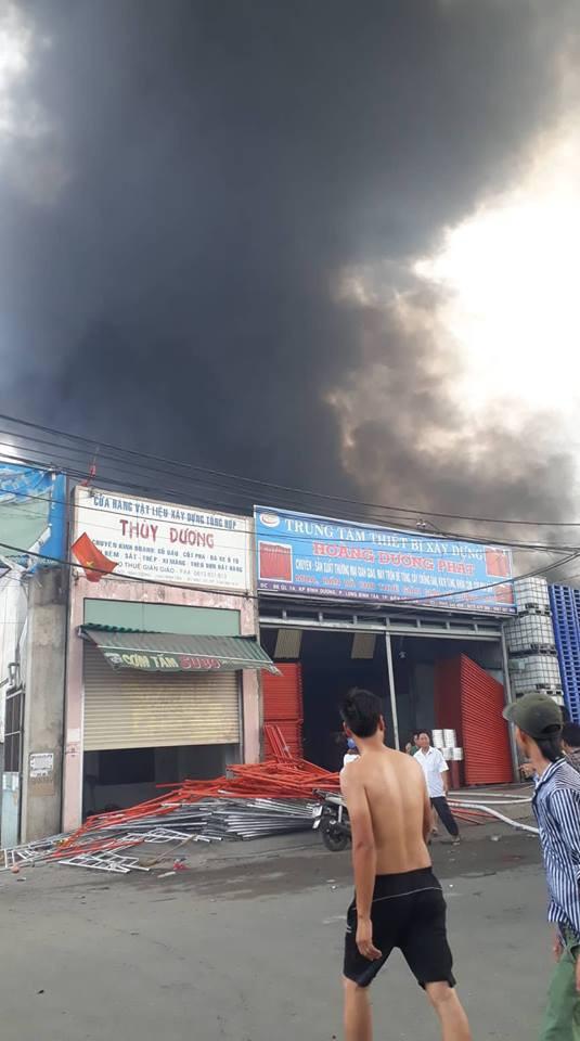 Cháy cực lớn, khói lửa bao phủ ngã tư Vũng Tàu - Ảnh 2.