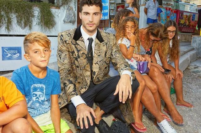"""Dolce & Gabbana tiếp tục """"ăn gạch"""" vì bộ ảnh mới bị cho là phân biệt giàu nghèo, body shaming và để lọt cả đồ Louis Vuitton - Ảnh 3."""