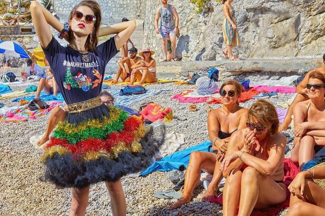 """Dolce & Gabbana tiếp tục """"ăn gạch"""" vì bộ ảnh mới bị cho là phân biệt giàu nghèo, body shaming và để lọt cả đồ Louis Vuitton - Ảnh 4."""