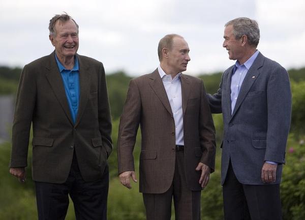 Cuộc gặp kỳ lạ của Tổng thống Bush cha và Tổng thống Nga Putin - Ảnh 1.
