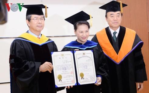 Chủ tịch Quốc hội nhận bằng tiến sĩ danh dự chính trị học của Hàn Quốc - Ảnh 1.