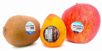 Rất sai lầm khi bỏ qua chữ số dán trên trái cây nhập khẩu - Ảnh 1.