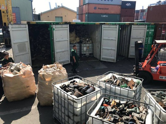 Phế liệu, rác thải công nghiệp ngụy trang trong 20 container máy móc - Ảnh 2.