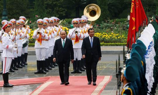 Cận cảnh Thủ tướng Nguyễn Xuân Phúc đón Thủ tướng Hun Sen - Ảnh 1.