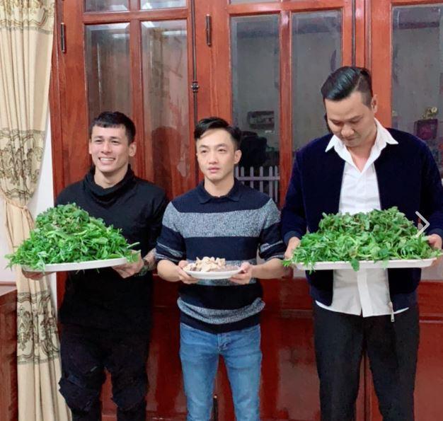 Lộ ảnh Nguyễn Quốc Cường bê tráp ăn hỏi Đàm Thu Trang, liệu đám cưới có sắp diễn ra? - Ảnh 1.