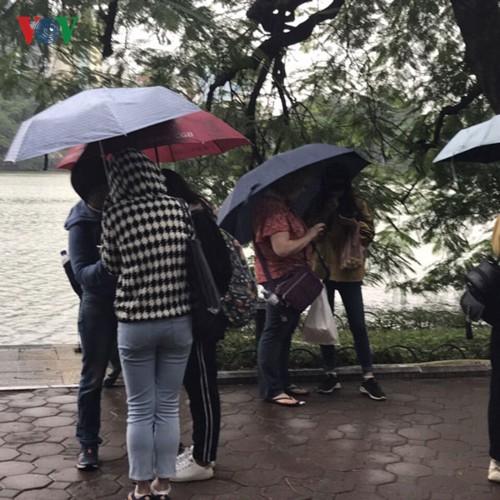 Không khí lạnh bao trùm, người dân Hà Nội co ro xuống phố - Ảnh 11.