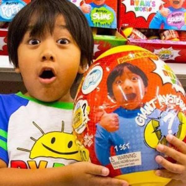 Cậu bé 7 tuổi này kiếm được 30 triệu đô la Singapore một năm qua kênh YouTube về đồ chơi - Ảnh 1.