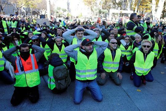 Pháp: Bạo loạn tiếp diễn, số người bị bắt tăng vọt - Ảnh 3.
