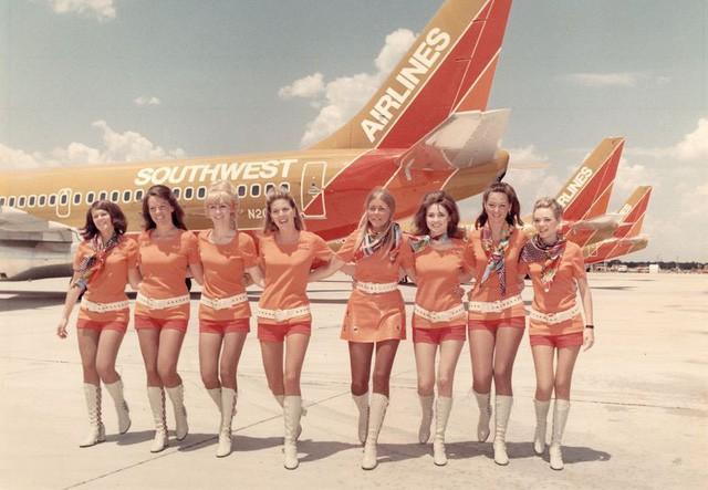 Cho nữ tiếp viên mặc đồ sexy trước Vietjet gần nửa thế kỷ, nhưng hãng bay này ghi điểm bằng tình yêu, sự hài hước đầy tinh tế và dịch vụ khách hàng tuyệt vời - Ảnh 4.