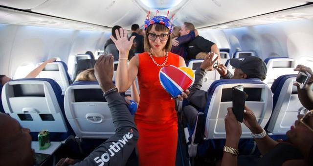 Cho nữ tiếp viên mặc đồ sexy trước Vietjet gần nửa thế kỷ, nhưng hãng bay này ghi điểm bằng tình yêu, sự hài hước đầy tinh tế và dịch vụ khách hàng tuyệt vời - Ảnh 6.