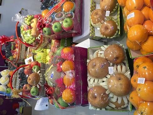 Trái cây Tết tại TPHCM: Hàng ngoại bán chạy, hàng nội ế ẩm - Ảnh 1.