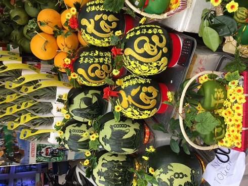 Trái cây Tết tại TPHCM: Hàng ngoại bán chạy, hàng nội ế ẩm - Ảnh 2.