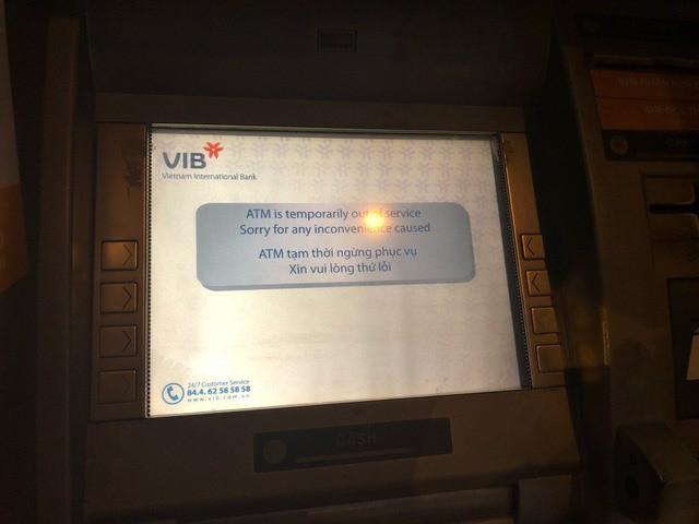 Quá tải giao dịch, ATM ngân hàng liên tục xin vui lòng thứ lỗi - Ảnh 1.