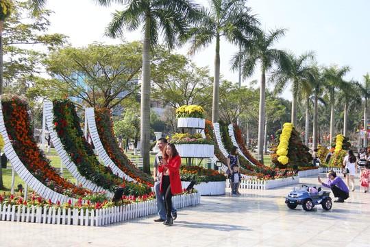 Khoác áo hoa ngày Tết, quảng trường Tam Kỳ đẹp lộng lẫy - Ảnh 1.