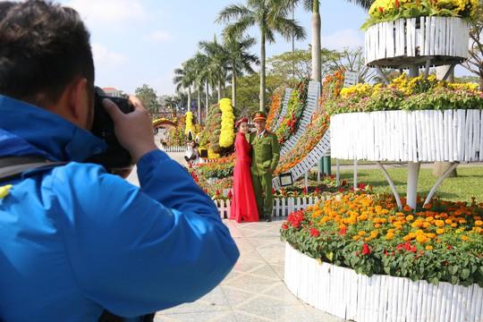 Khoác áo hoa ngày Tết, quảng trường Tam Kỳ đẹp lộng lẫy - Ảnh 15.