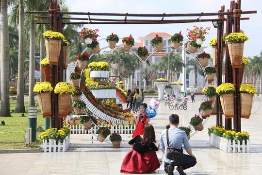 Khoác áo hoa ngày Tết, quảng trường Tam Kỳ đẹp lộng lẫy - Ảnh 16.