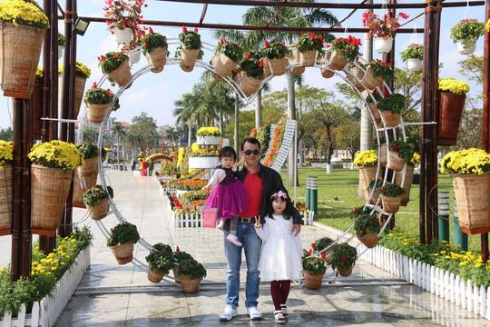 Khoác áo hoa ngày Tết, quảng trường Tam Kỳ đẹp lộng lẫy - Ảnh 17.