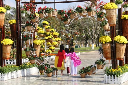 Khoác áo hoa ngày Tết, quảng trường Tam Kỳ đẹp lộng lẫy - Ảnh 18.