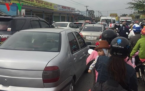 Ùn ứ giao thông mùng 2 Tết Mậu Tuất ở Tiền Giang - Ảnh 1.