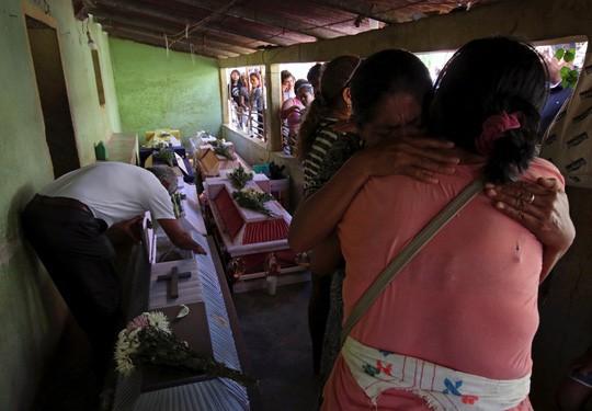 Rơi trực thăng chở quan chức thị sát động đất, 14 người dưới đất thiệt mạng - Ảnh 2.
