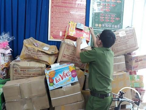 TP.HCM: Gần 10.000 chai nước hoa làm giả các nhãn hiệu nổi tiếng bị thu giữ - Ảnh 1.