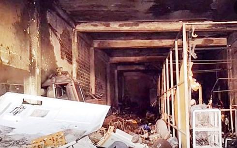 Cháy lớn một căn nhà giữa phố ở Phú Yên - Ảnh 1.