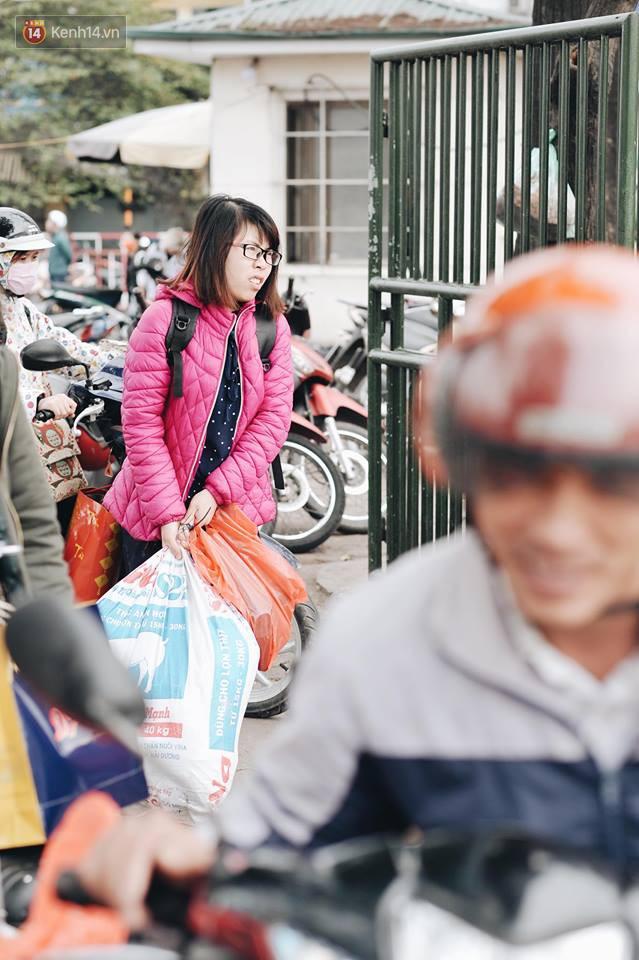 Người dân mang theo hành lí chất trên nóc ô tô, xe máy đổ về Hà Nội và Sài Gòn sau kì nghỉ Tết Nguyên đán kéo dài 1 tuần - Ảnh 28.