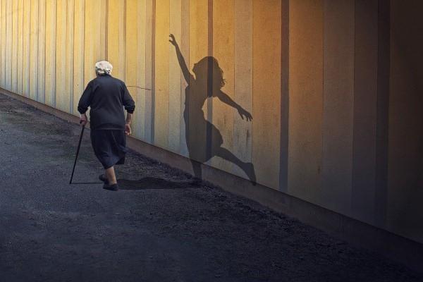 Khi về già, người ta tiếc nuối điều gì nhất?: Người trẻ ơi, hãy tỉnh ngộ đi! - Ảnh 2.