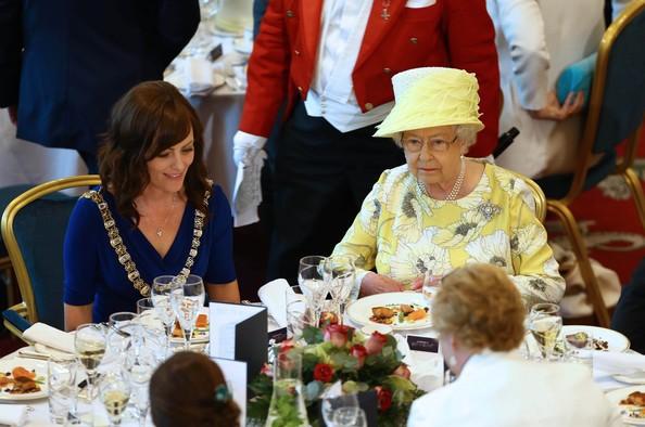 Đầu bếp Hoàng gia Anh tiết lộ chế độ ăn của Nữ hoàng Elizabeth để có cơ thể khỏe mạnh - Ảnh 4.
