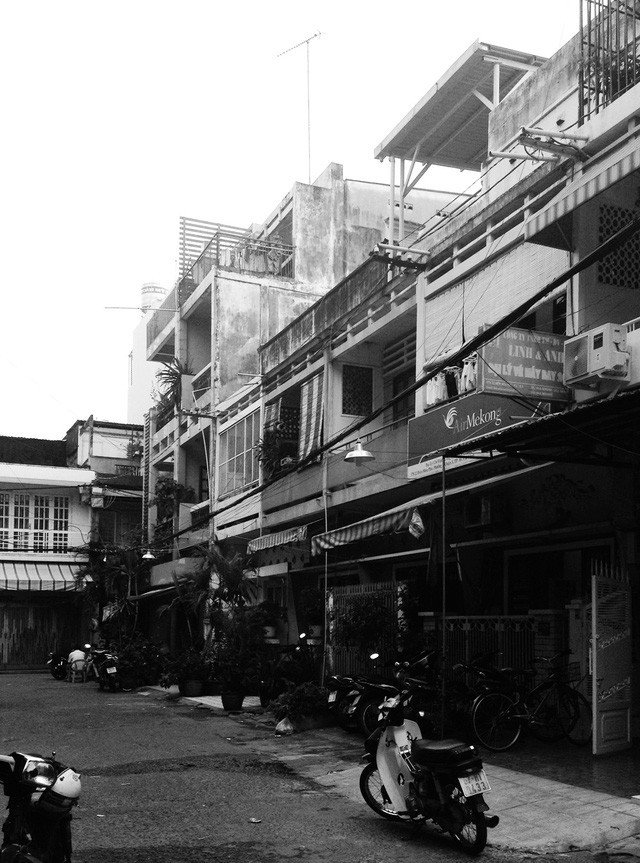 Nằm nghe nắng mưa qua những ô cửa đa sắc của ngôi nhà độc đáo ở Quận 3 Sài Gòn - Ảnh 2.