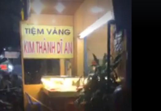 Bình Dương: Táo tợn đập tủ kính, cướp tiệm vàng - Ảnh 2.