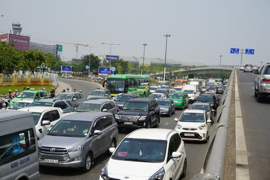 Cửa ngõ sân bay Tân Sơn Nhất hỗn loạn trưa 23 Tết - Ảnh 1.