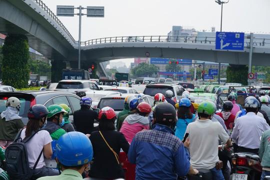 Cửa ngõ sân bay Tân Sơn Nhất hỗn loạn trưa 23 Tết - Ảnh 2.