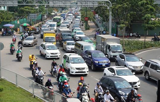 Cửa ngõ sân bay Tân Sơn Nhất hỗn loạn trưa 23 Tết - Ảnh 12.
