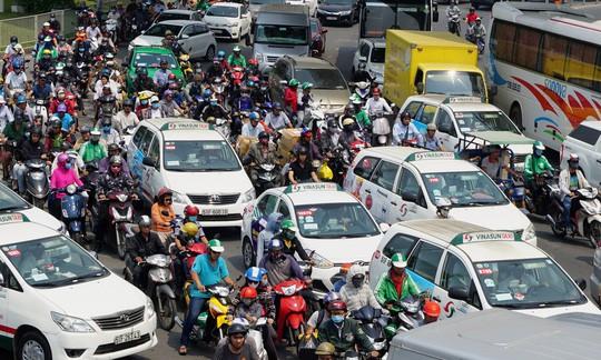 Cửa ngõ sân bay Tân Sơn Nhất hỗn loạn trưa 23 Tết - Ảnh 4.