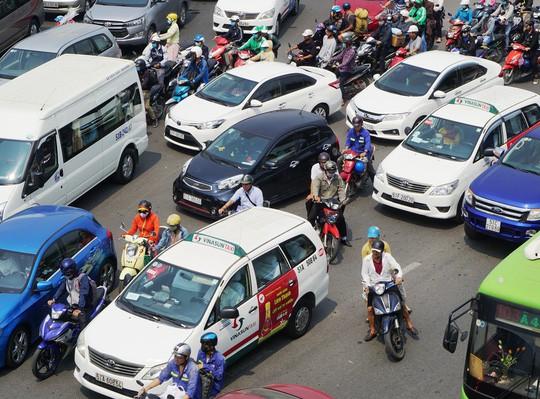 Cửa ngõ sân bay Tân Sơn Nhất hỗn loạn trưa 23 Tết - Ảnh 9.