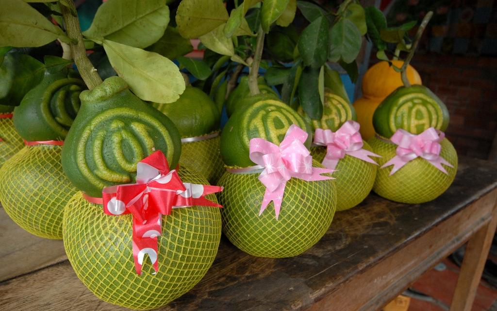 Tết Mậu Tuất: Nhiều loại trái cây độc, lạ thu hút người mua dù có giá tới cả triệu đồng