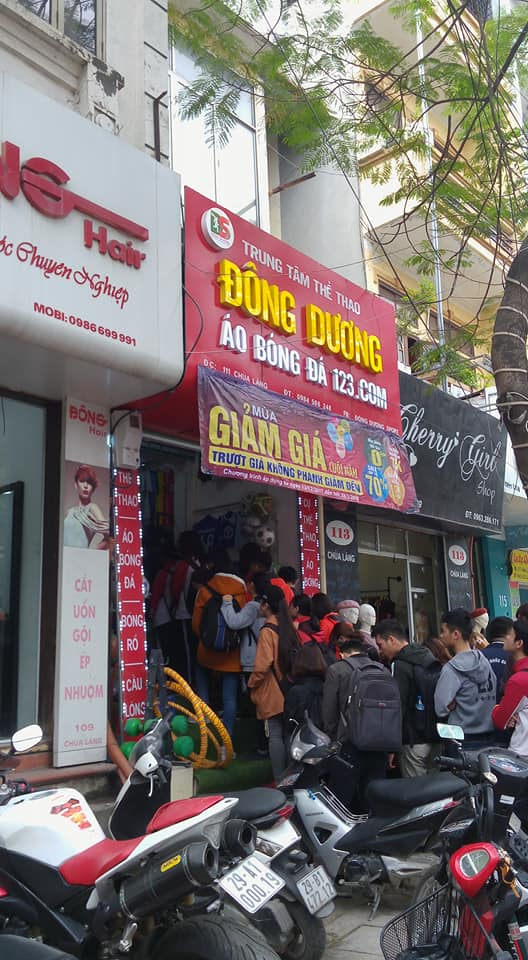 Người Việt chen chân mua cờ , áo cổ vũ đội tuyển U23 Việt Nam - Ảnh 1.