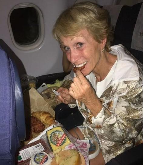 Là triệu phú giàu có, Nữ hoàng Bất động sản Barbara Corcoran vẫn thích đi vé máy bay giá rẻ - Ảnh 2.