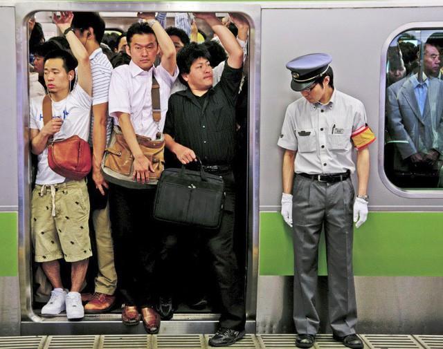 Những Oshiya hành nghề cực lạ ở Nhật Bản: Ngày làm việc 90 phút, công việc chỉ là 'nhồi càng nhiều khách lên tàu điện càng tốt - Ảnh 2.