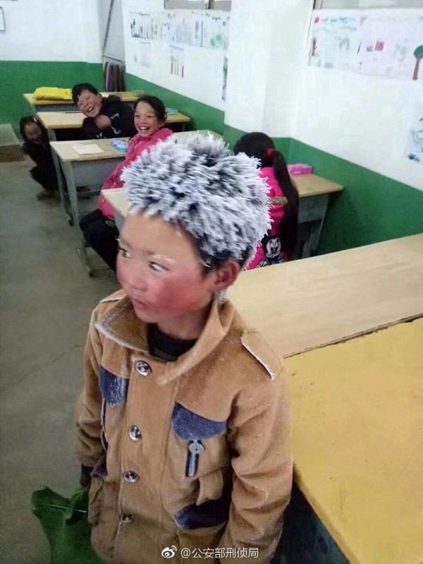 Cậu bé tóc đóng băng nổi tiếng Trung Quốc bị buộc thôi học chỉ sau một tuần đến trường mới - Ảnh 1.