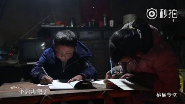 Cậu bé tóc đóng băng nổi tiếng Trung Quốc bị buộc thôi học chỉ sau một tuần đến trường mới - Ảnh 2.