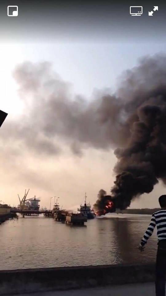 Đang bơm được khoảng 300 lít, tàu chở dầu bốc cháy dữ dội ở cảng Đình Vũ - Ảnh 1.