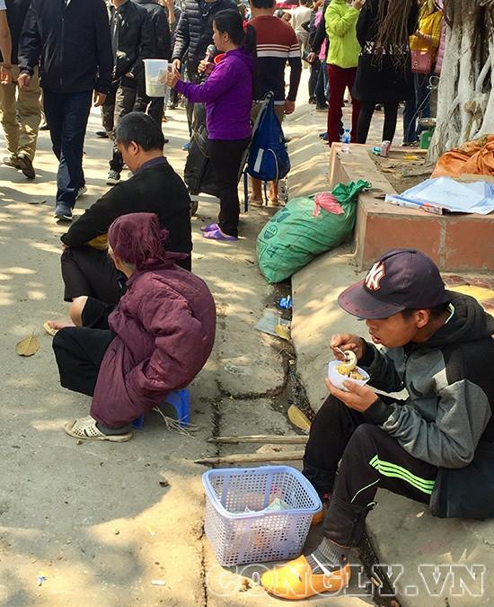 Cái bang đổ bộ đền Mẫu Đồng Đăng moi tiền du khách - Ảnh 1.