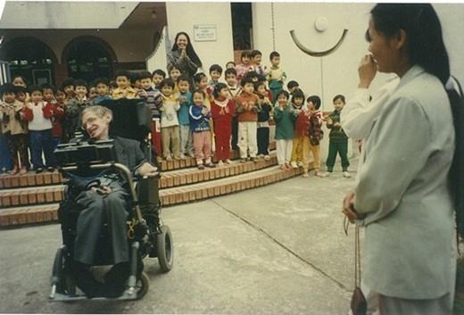 Chuyện ít biết về con gái nuôi người Việt của nhà bác học vĩ đại Stephen Hawking - Ảnh 1.